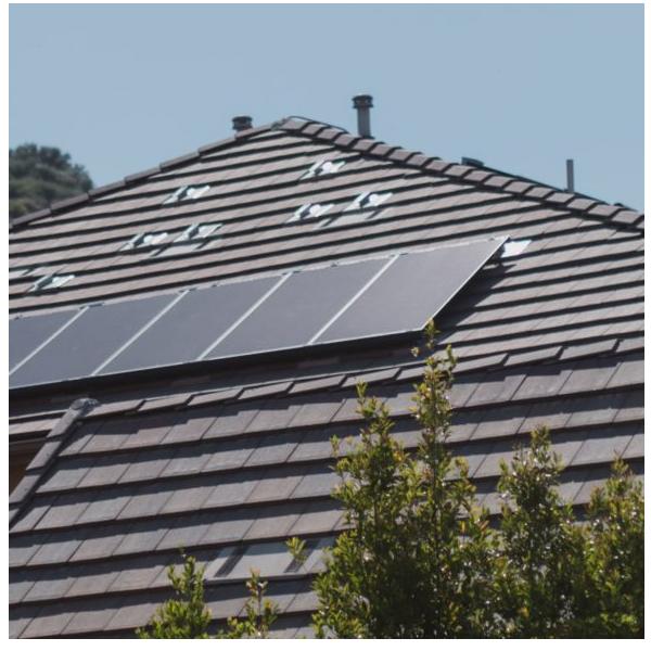 nowoczesne panele fotowoltaiczne na dachu