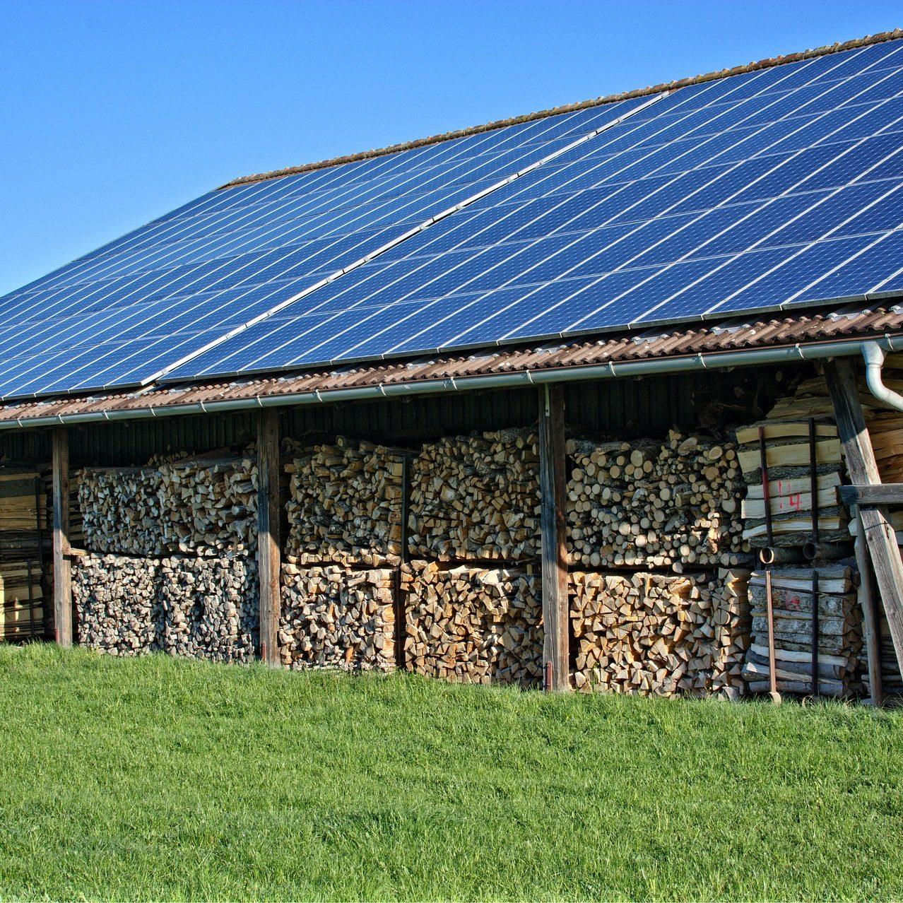 panele słoneczne na budynku gospodarczym